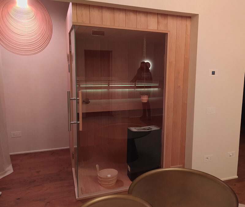 Alder sauna with corner glass and side entrance